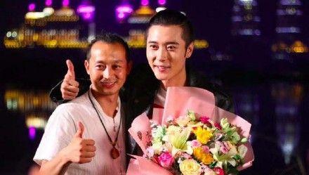 張丹峰帶畢瀅現身劇組殺青劇會。(圖/新浪娛樂微博)