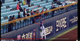 ▲金江珉深遠擊球,三星獅右外野手具滋昱飛身出現兩顆球。(圖/截自網路)