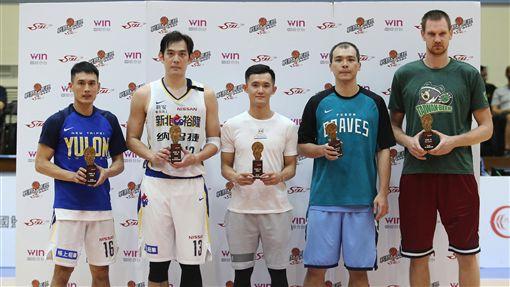 第16季年度第一隊獲獎球員。(圖/中華籃協提供)