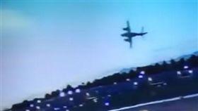 離地5秒就墜機...跑道炸出一團大火 險波及一旁直升機(圖/翻攝自LiveLeak Channel YouTube)