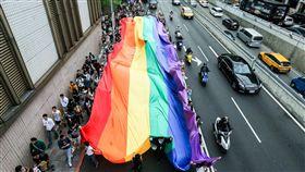 同志大遊行 巨幅彩虹旗飄揚台北街頭2017台灣同志大遊行28日正式登場,遊行隊伍拉開巨幅彩虹旗走在台北街頭,讓灰色都市叢林中多了點繽紛色彩。中央社記者郭日曉攝 106年10月28日