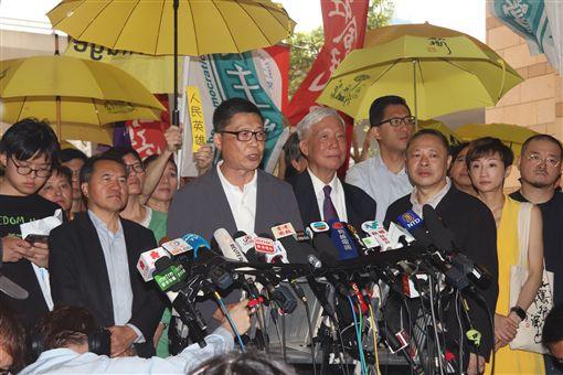 香港占中案4名被告入獄 英美籲中允許言論自由香港法院24日上午宣判占中案各名被告刑期前,9名被告包括「占中三子」進入法庭前向媒體發表簡單談話。中央社記者張謙香港攝 108年4月24日