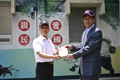 郭台銘26日參訪眷村博物館(圖/郭台銘辦公室提供)