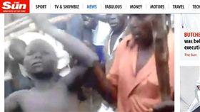 非洲「傳統割禮」太恐怖!一刀一刀割包皮 男童痛到快往生(圖/翻攝自太陽報)