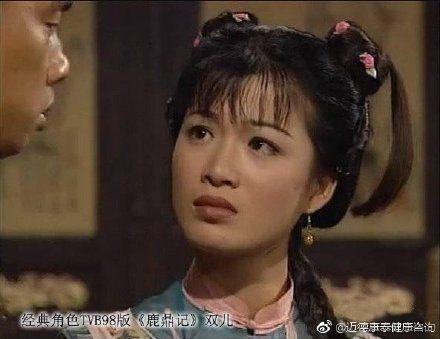 1989年曾在陳小春版本的《鹿鼎記》中,飾演「雙兒」的中國女星陳少霞,當年靠著甜美的外型一砲而紅,甚至還傳出有千億富豪捧現金追求,不過與劉德華的師徒情也鬧著沸沸揚揚,曾有一段婚姻的她,2016年下嫁身價32億的「中國法拉利之父」李文輝,年初爆出懷孕消息,讓不少人超開心。(圖/微博)