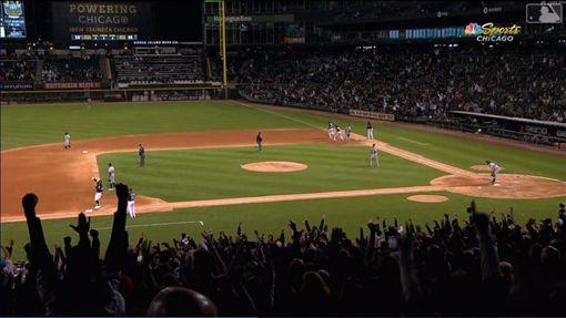 ▲白襪阿布瑞尤(Jose Abreu)跑壘超過前位跑者安德森(Tim Anderson)全壘打變一壘安打。(圖/翻攝自MLB官網)