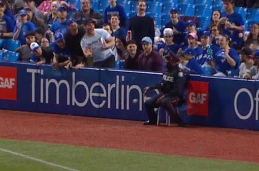 ▲場邊的警察大人徒手接球,又想偷偷將球丟回場中。(圖/翻攝自美國職棒官網)