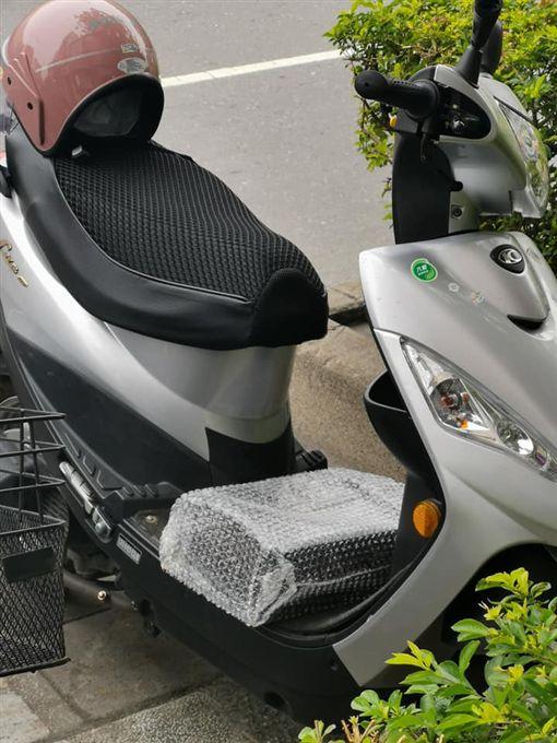 機車腳踏板氣泡袋包黑盒子(圖/翻攝自爆料公社)