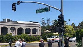 一名持槍男子今天在加州波威市(Poway)闖入一座猶太會堂開火。(圖/翻攝自推特)