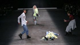 巴西,男模蘇雷斯(Tales Soares),伸展台走秀跌倒猝死(圖/翻攝自推特)