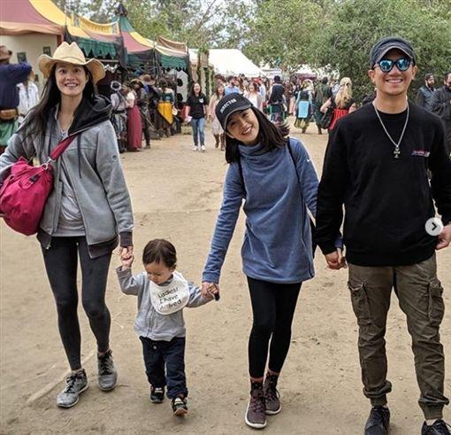 林依晨跟老公林于超,Janet一家人去園遊會玩。微博
