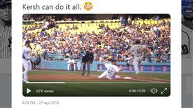 ▲柯蕭(Clayton Kershaw)用『滑壘觸殺』一壘跑者。(圖/翻攝自MLB推特)