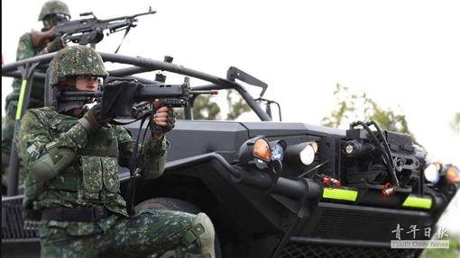 國軍擺拍宣傳照 (圖/翻攝自臉書)