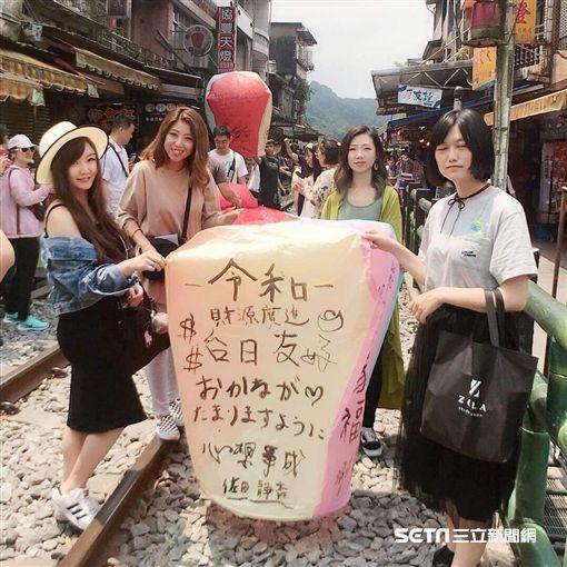 櫻花妹第一次吃雞排,表情超浮誇/Ai Okamoto授權提供