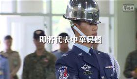 空軍儀隊下士黃士宸將赴美參加「世界儀隊錦標賽」,國防部發言人臉書粉專辛勤的練習影片搶先推出,臉書
