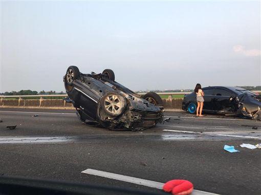 快訊/國道一嘉義段嚴重車禍!轎車四腳朝天 車尾被撞爛圖翻攝自臉書爆料公社