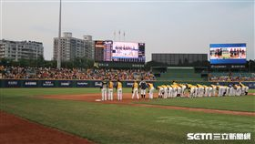 新莊棒球場外野也有不少球迷到場。(圖/記者王怡翔攝影)