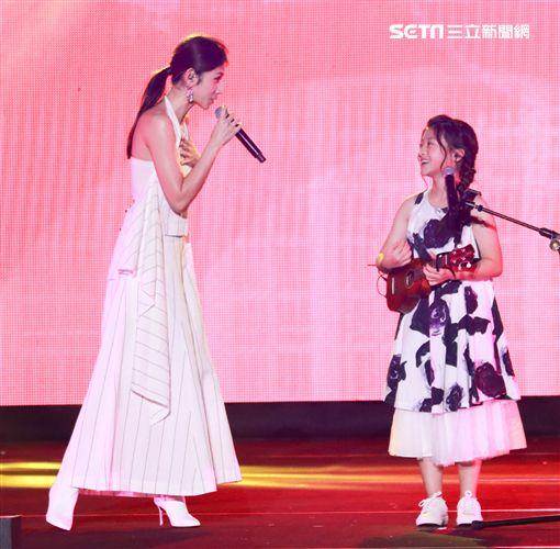 女星李千那一登場,泰13歲天才少女歌手Gail合唱《心花開》。(圖/記者林士傑攝影)