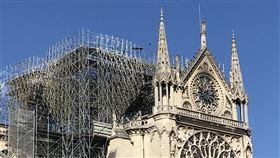 巴黎聖母院災後 陸續揭出安全違規問題巴黎聖母院火災後,法國媒體陸續揭露本可避免的安全問題或違規,例如建築工人在工地抽菸、警報觸發後未在第一時間通報消防員等。中央社記者曾依璇巴黎攝 108年4月24日