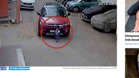 印度,叔叔,姪子,開車,滑手機 http://www.catchnews.com/delhi-news/video-father-accidentally-hit-his-three-year-old-son-by-car-in-delhi-what-happened-next-will-give-you-goosebumps-157848.html