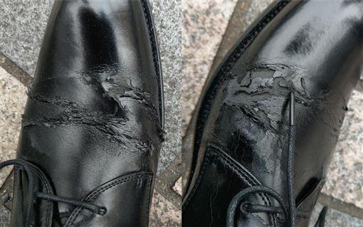 男網友穿新皮鞋參加婚禮,第一次穿就開始脫皮。(圖/翻攝自爆怨公社)