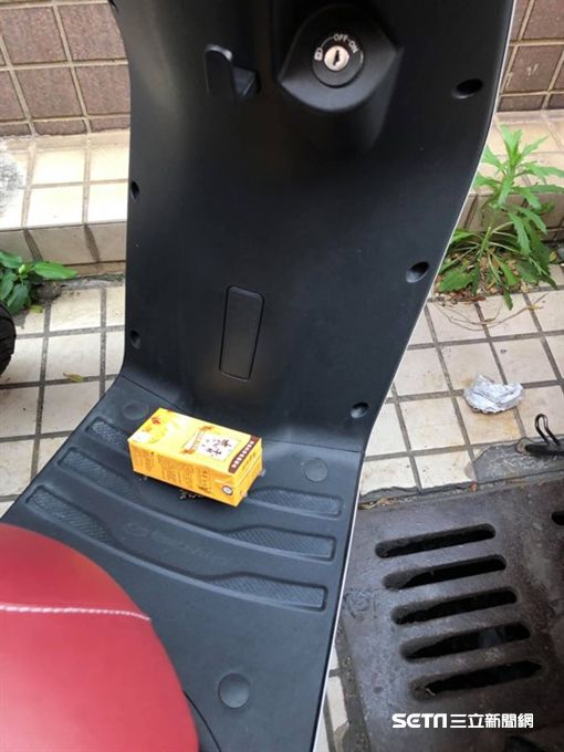 機車踏板「被丟垃圾」 竟是路人暖舉(圖/網友授權Selena Huang使用)