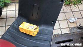 機車踏板「被丟垃圾」 竟是路人暖舉(圖/網友Selena Huang授權使用)