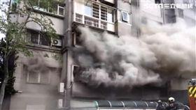 台北市北投區稻香路公寓火警現場(翻攝畫面)