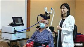 患者王先生(左)靠顱外磁刺激術擺脫終生癱瘓命運。(圖/記者楊晴雯攝)