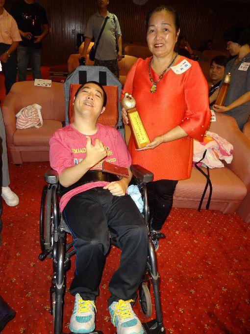 照顧障礙兒34年 方美雪獲表揚高雄市政府社會局29日公布母親節美力媽媽獲選名單,照顧腦麻兒子(左)34年的方美雪(右)獲獎表揚,她表示,這是老天給她的功課。中央社記者陳朝福攝 108年4月29日