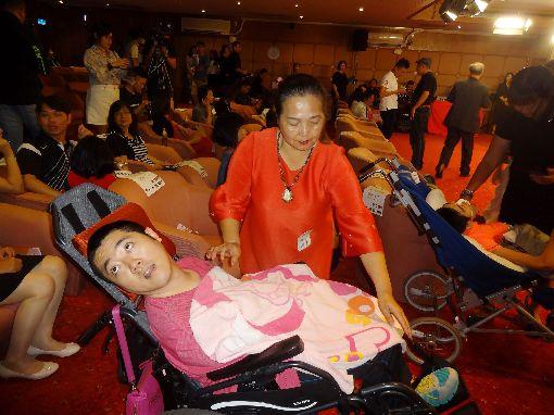 抱障礙兒上下樓34年 方美雪做好老天給的功課高雄市政府社會局29日公布母親節美力媽媽獲選名單,獲獎者方美雪(後)的長子(前)因醫療疏失傷及腦部,成為腦性麻痺患者,她34年來一路無悔抱著長子上下樓,全心全意做好老天給的功課。中央社記者陳朝福攝 108年4月29日