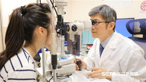 ▲醫師崔永平(右)提醒,高度近視者(大於500度)應每半年到一年定期接受眼底檢查。(圖/亞大醫院提供)