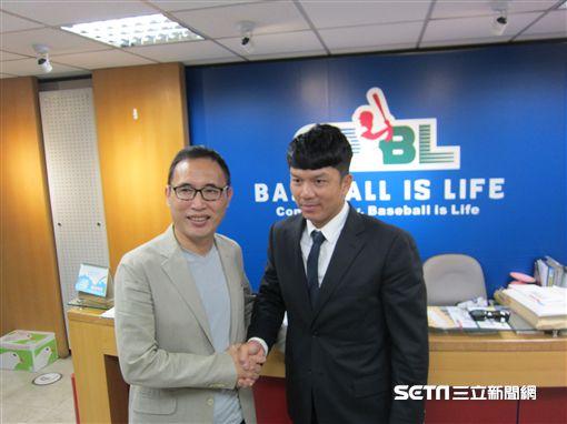 ▲中信兄弟球團領隊劉志威(左)與周思齊出席勞資仲裁會議。(圖/記者蕭保祥攝影)