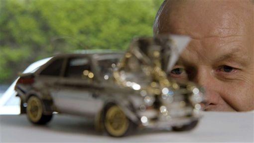▲由貴金屬打造的Ford Escort模型。(圖/翻攝網站)