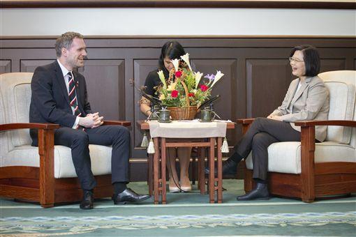 蔡英文總統今年3月接見來台訪問的布拉格市長賀吉普。(圖/總統府提供)
