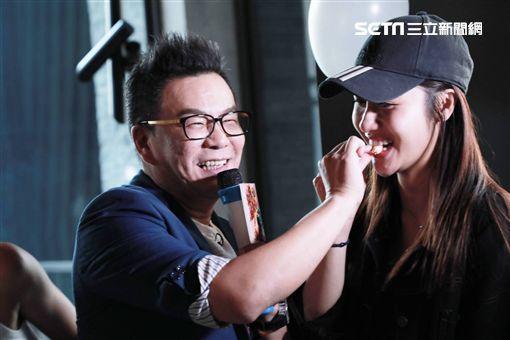 沈玉琳參加「築間幸福鍋物」4月壽星慶生圖/築間幸福鍋物提供