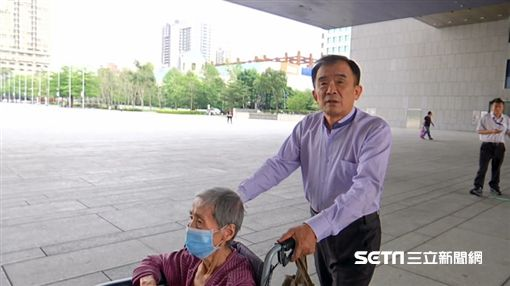台中市議員段緯宇帶黃阿嬤衝市政府抗議/記者陳秉豪攝