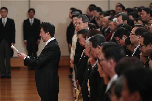 安倍晉三代表日本國民向明仁天皇表達感謝之意/達志影像/美聯社