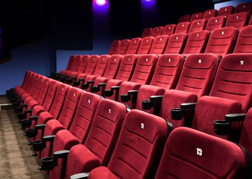 一名從事服務業的男子,日前約女性友人一起看電影,但電影開始不到半小時,他就發現背後有人在「哈氣」,而他一轉頭查看,發現後面座位全是空的,還伴隨著一股陰寒。更可怕的是,他在天花板上看到一名小孩倒掛,不斷在天花板爬來爬去,甚至在電影結束要離場時,還瞥見一名長髮女子坐在最後一排的座位,不斷扭轉著自己的身體…(圖/翻攝自靈異公社)