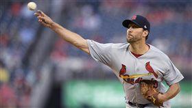 ▲紅雀先發投手溫恩萊特(Adam Wainwright)用腳傳一壘刺。(圖/美聯社/達志影像)
