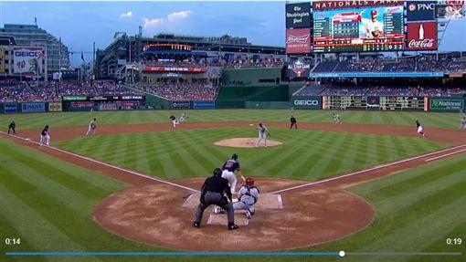 ▲紅雀先發投手溫恩萊特(Adam Wainwright)用腳傳一壘刺。(圖/翻攝自MLB官網)