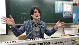 文化部請來F.I.R樂團的阿沁擔任講師。(圖/翻攝自阿沁臉書)