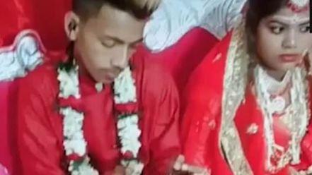 印度,婚禮,新郎,結婚,新娘,電玩https://www.dailymail.co.uk/news/article-6980357/Least-romantic-groom-ignores-bride-plays-games-console-WEDDING.html
