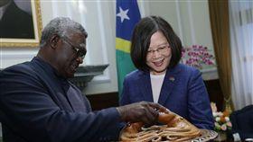 蔡英文總統與索羅門群島總理蘇嘉瓦瑞(Hon. Manasseh Sogavare)互換禮物。(總統府提供)