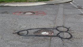 英國男子在路上坑洞畫GG照抗議。(圖/翻攝自Teesside Connected.臉書)