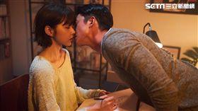 邵雨薇新歌《裝睡的人》找來緋聞男友吳慷仁演出。(圖/寬宏提供)