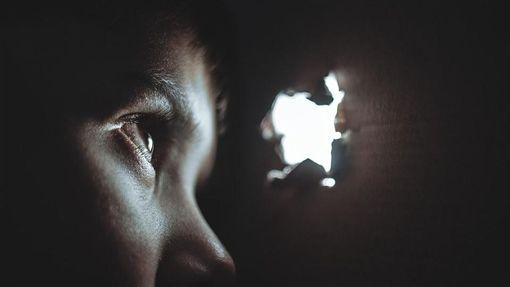 窺視,偷看,躲藏 (示意圖/取自Pixabay)