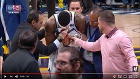 ▲金塊克雷格(Torrey Craig)搶籃板跌倒撞斷鼻梁。(圖/翻攝自House of Highlights)