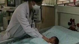1月大女嬰肺炎急診 X光一照「內臟竟左右相反」(圖/翻攝自微博)