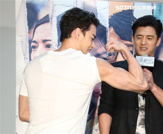 《我們與惡的距離》於劇中飾演腹黑型男林敬倫大秀肌肉。(記者林士傑/攝影)